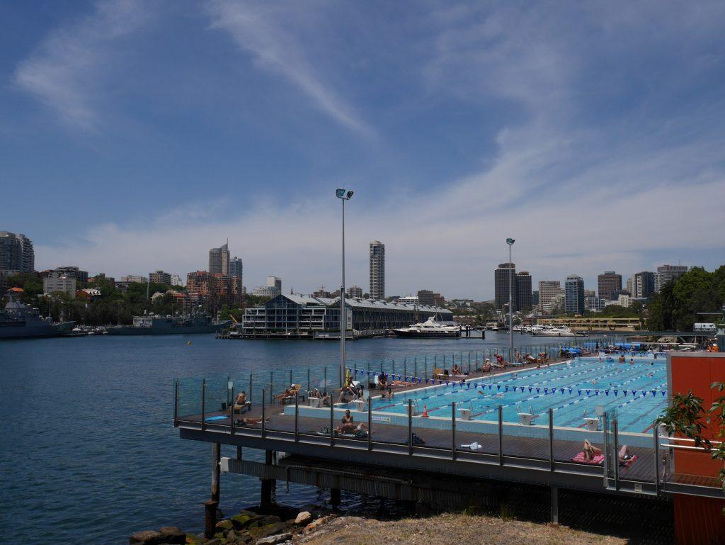 Une piscine avec vue sur mer