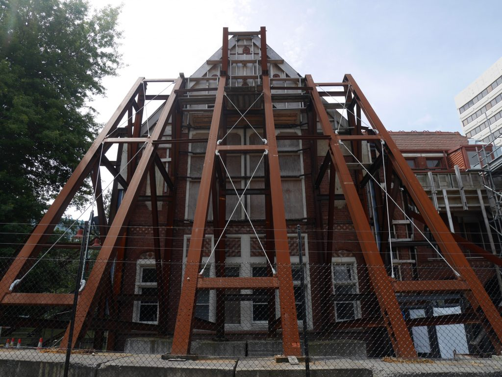 Soutien pour un des bâtiments endommagés par le séisme