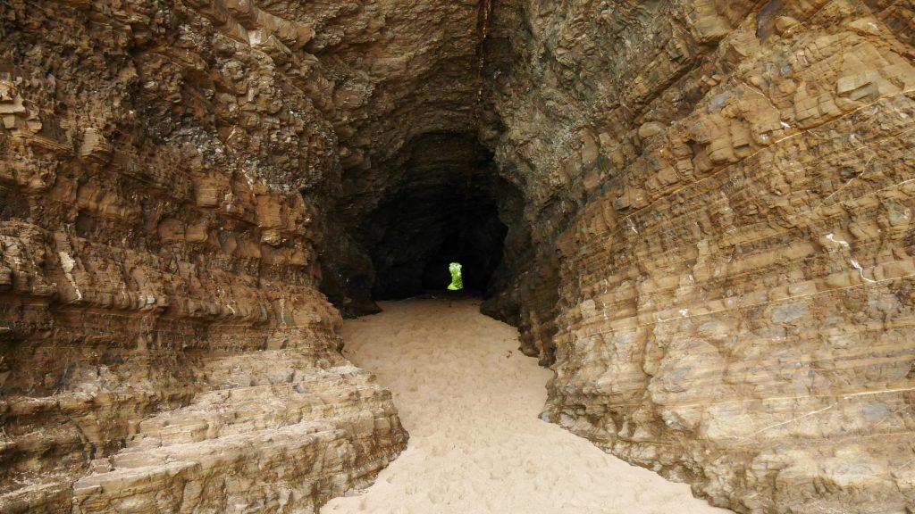 Le passage dans la roche percée, qui relier deux baies