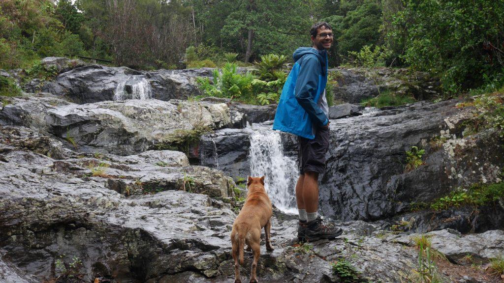 Le chien du camping nous sert de guide