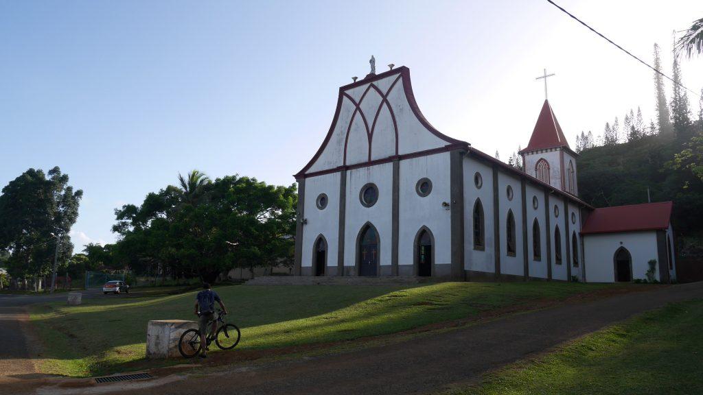Thomas devant l'église de Vao