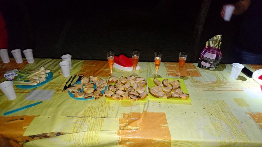 Apéritif au foie gras et champagne, sur la plage