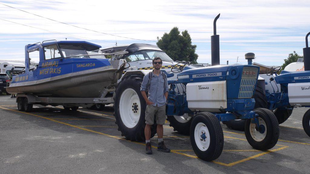 Thomas devant le tracteur Thomas