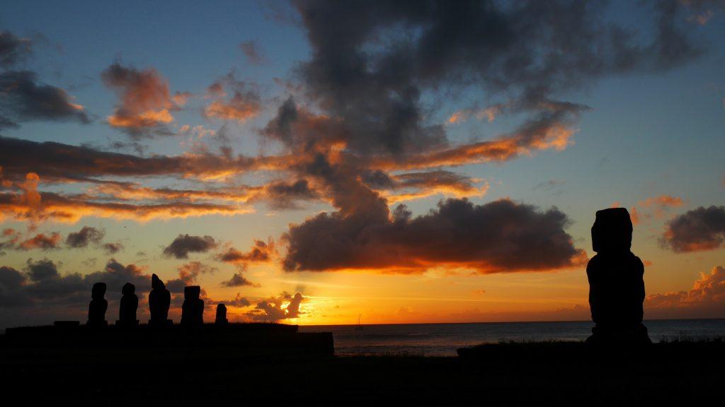 Les Moai de Tahai au soleil couchant