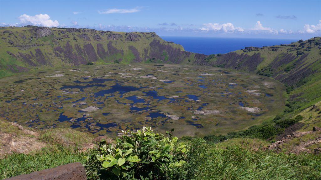 Le lac au coeur du cratère de Rano Kau