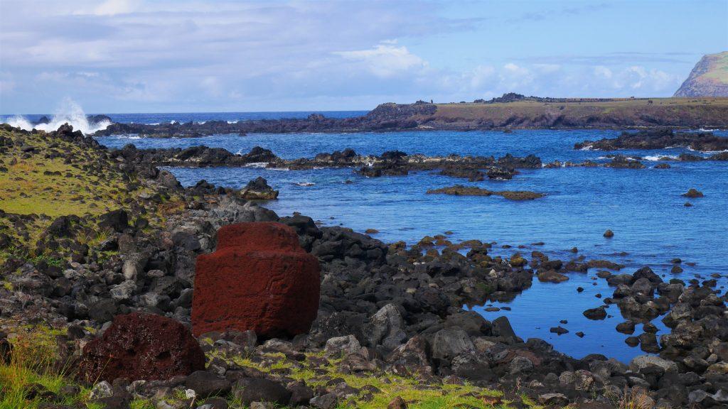 Près de l'ahu : les coiffes des Moai au sol