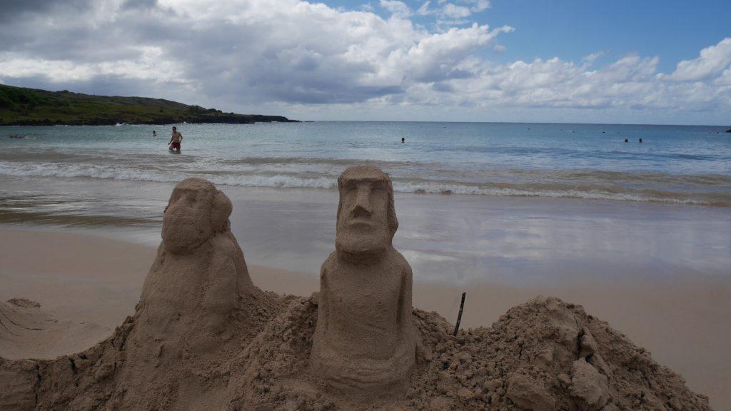 Sur la plage d'Anakena