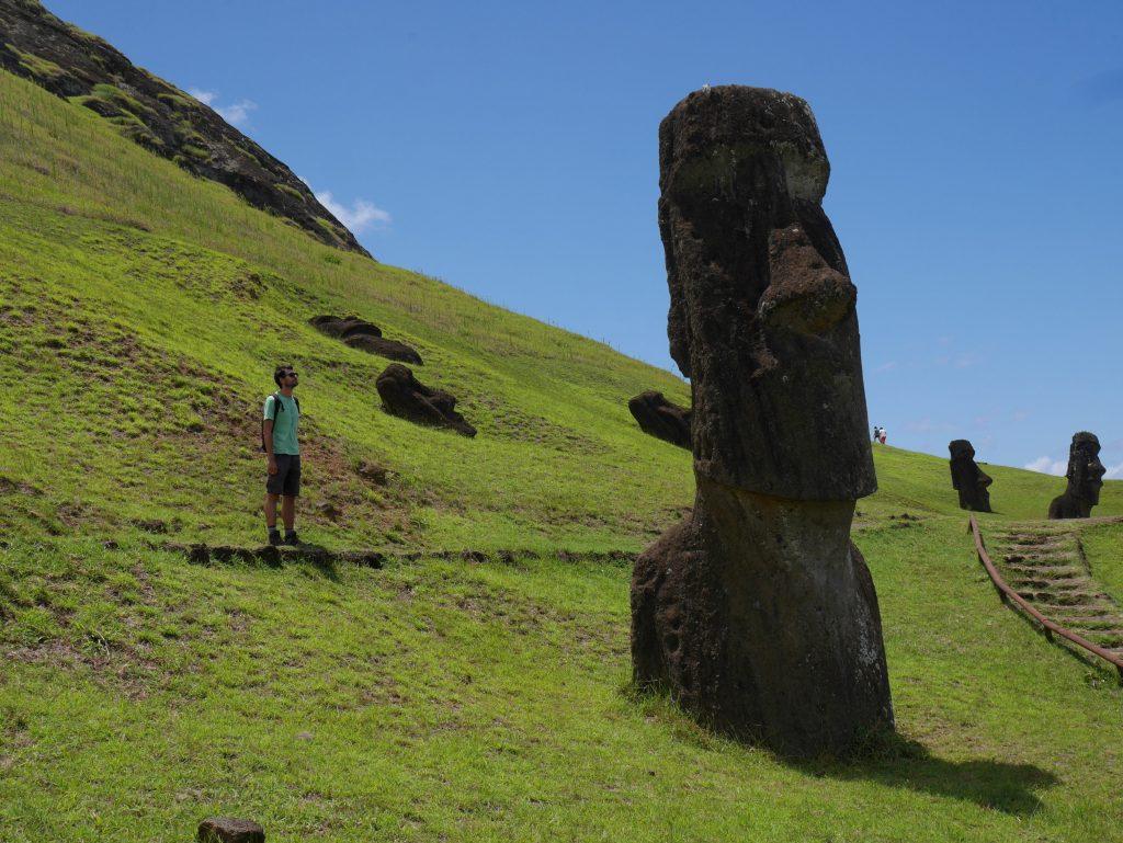Thomas face au Moai