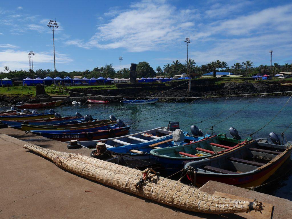 Le port et l'embarcation traditionnelle en feuille de bananier au premier plan