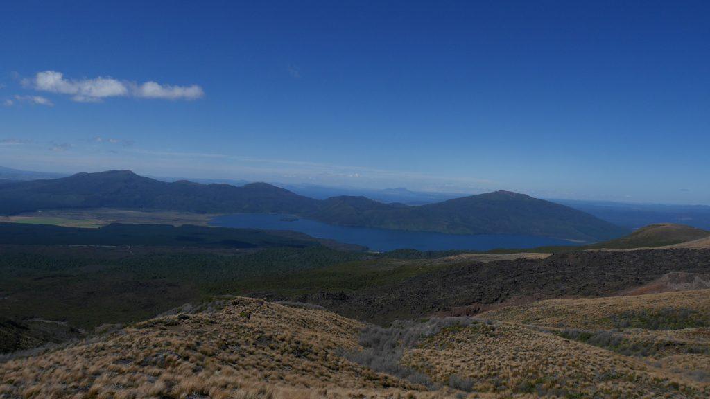 Le lac Taupo au loin