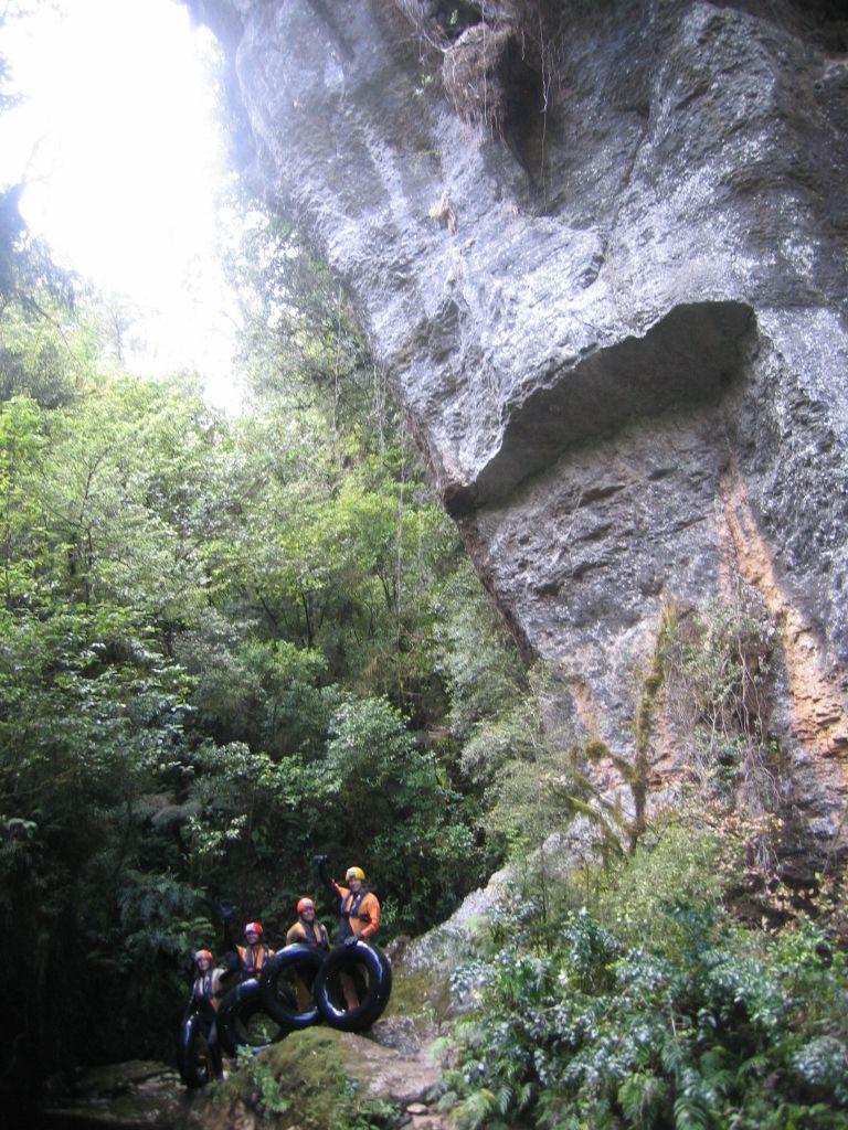 A l'entrée de la grotte