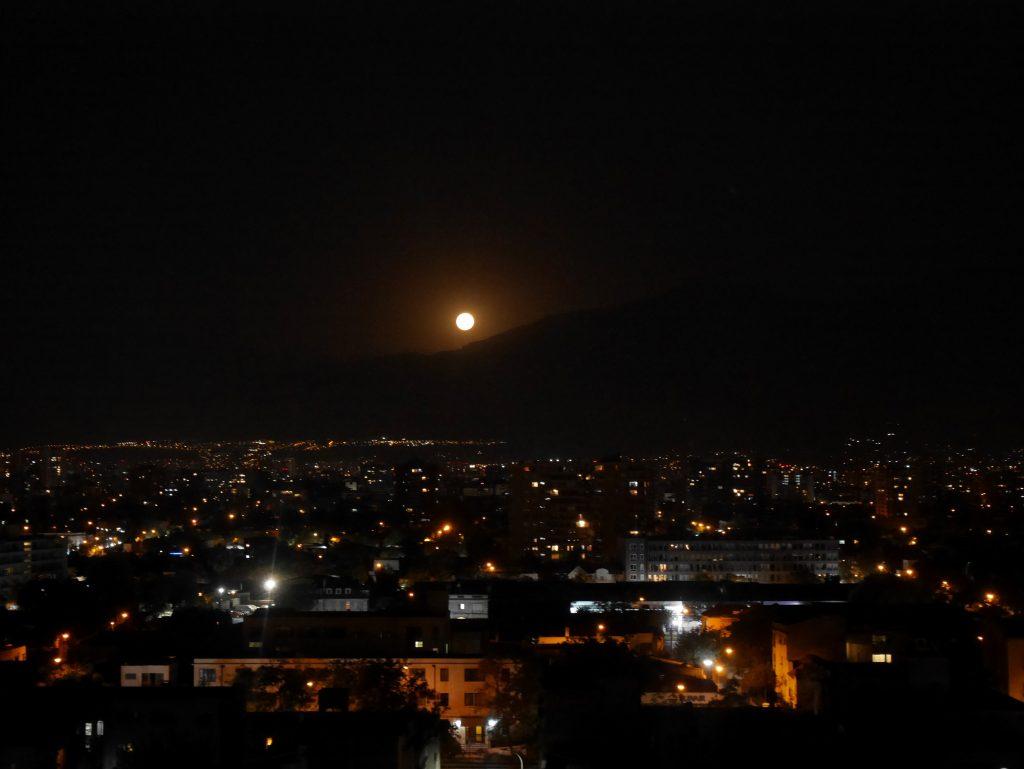 Levée de lune sur la ville