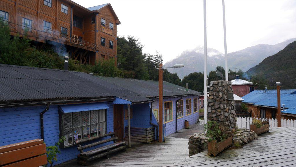 L'école et un des bâtiments administratifs