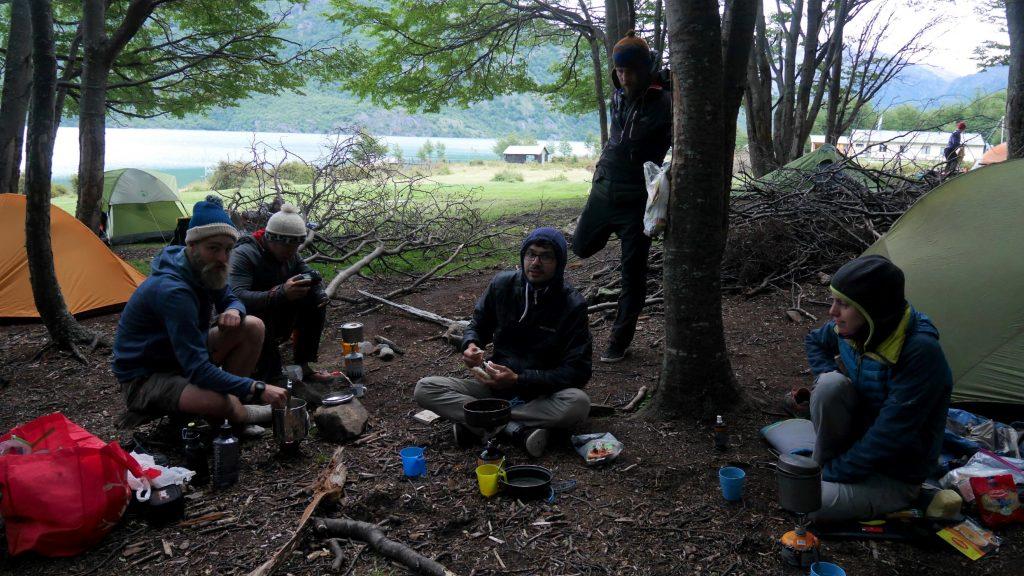 Au camping, cure de thé pour se réchauffer