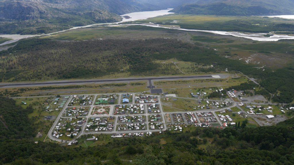 Villa O'Higgins vue de haut, avec une piste d'atterrissage plus longue que la ville