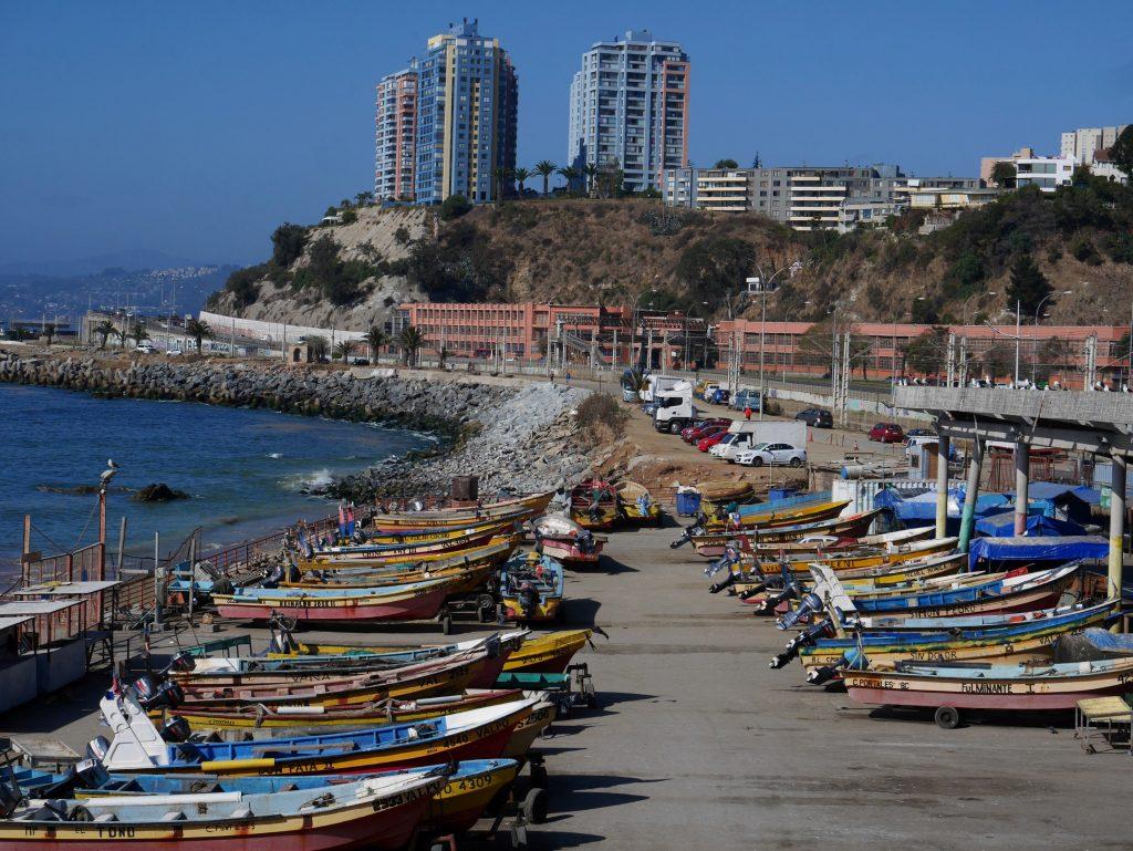 Le port de pêche et Vina Del Mar dans le fond