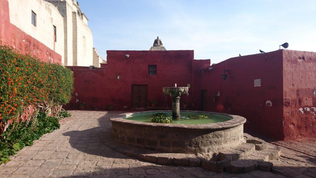 Une fontaine au cœur du monastère