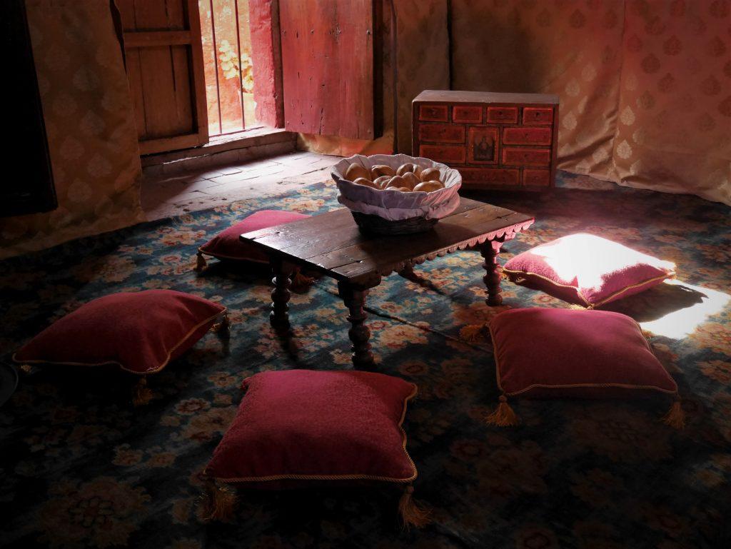 Une des salles de repos, à la mode orientale