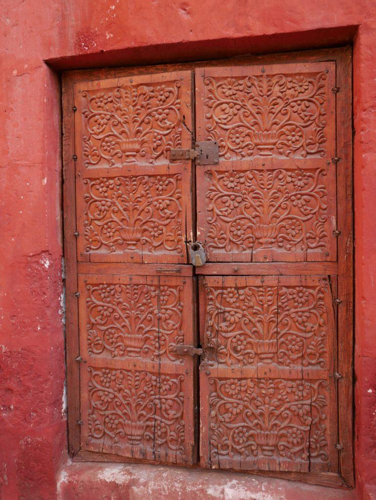 Une des nombreuses portes sculptées