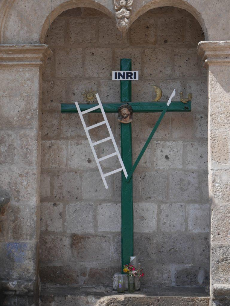Le Christ entouré de deux symboles incas : le soleil et la lune