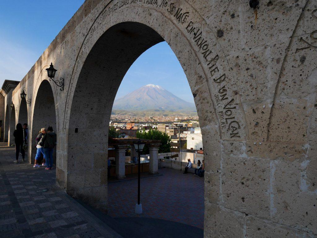 Les arcades du mirador et le volcan en fond
