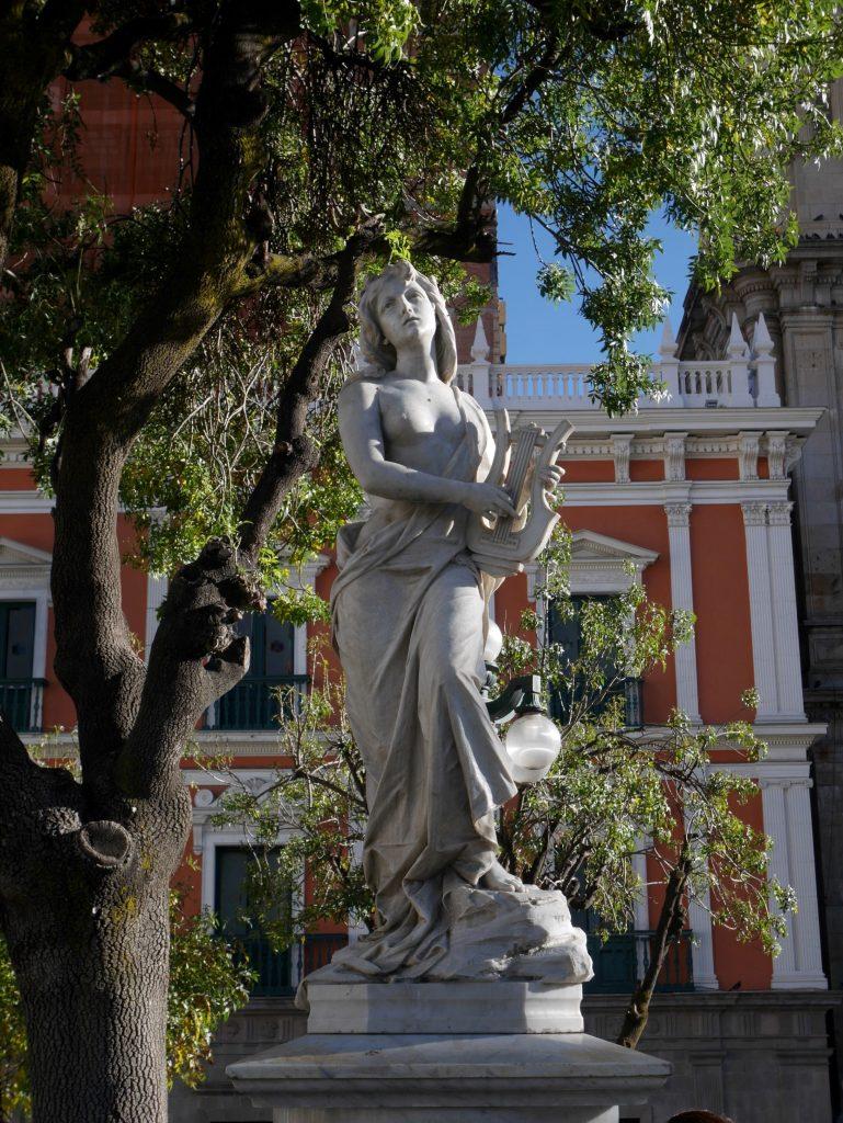 Une statue plaza Murillo