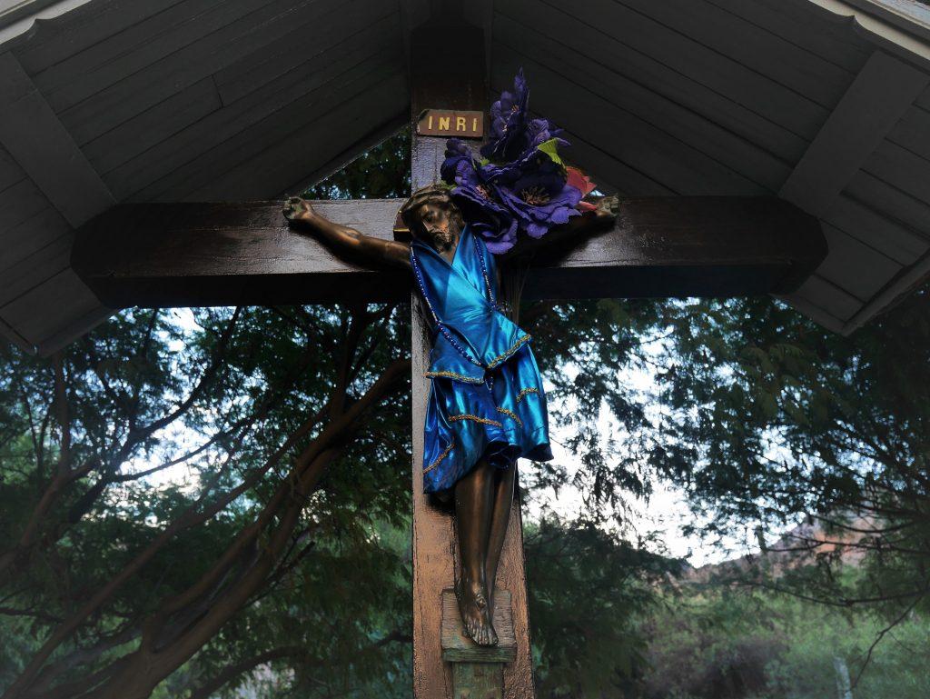 Le Christ en robe, pour la Semaine Sainte ?