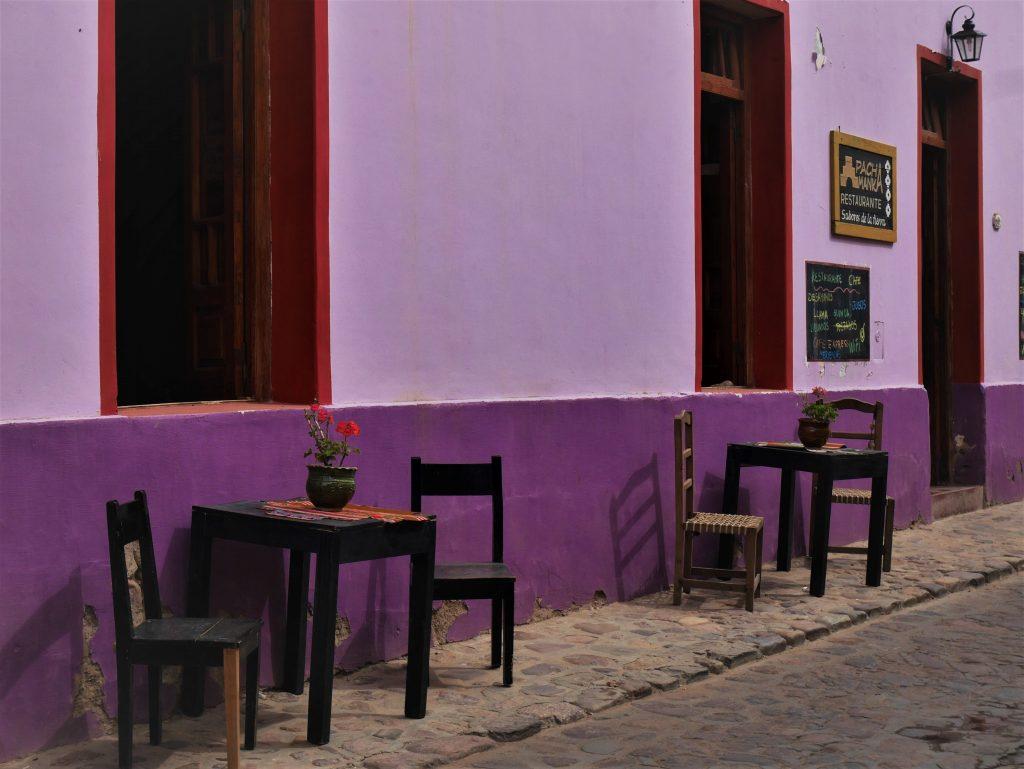 Un des petits cafés de la ville