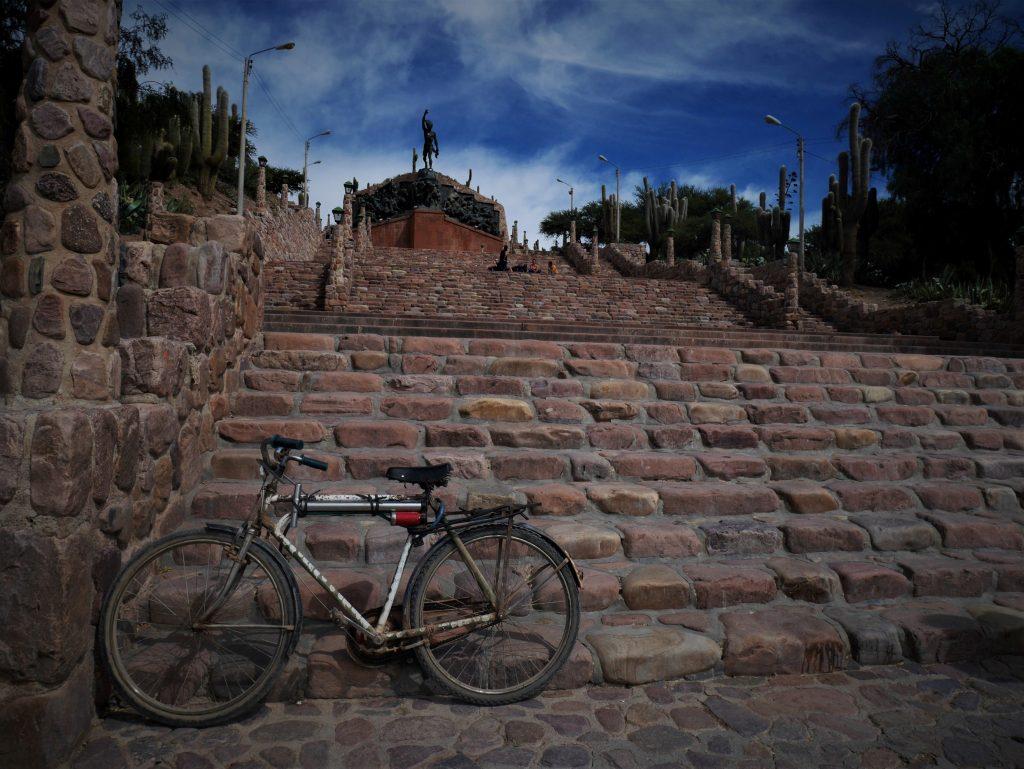 L'escalier menant au monument de l'indépendance