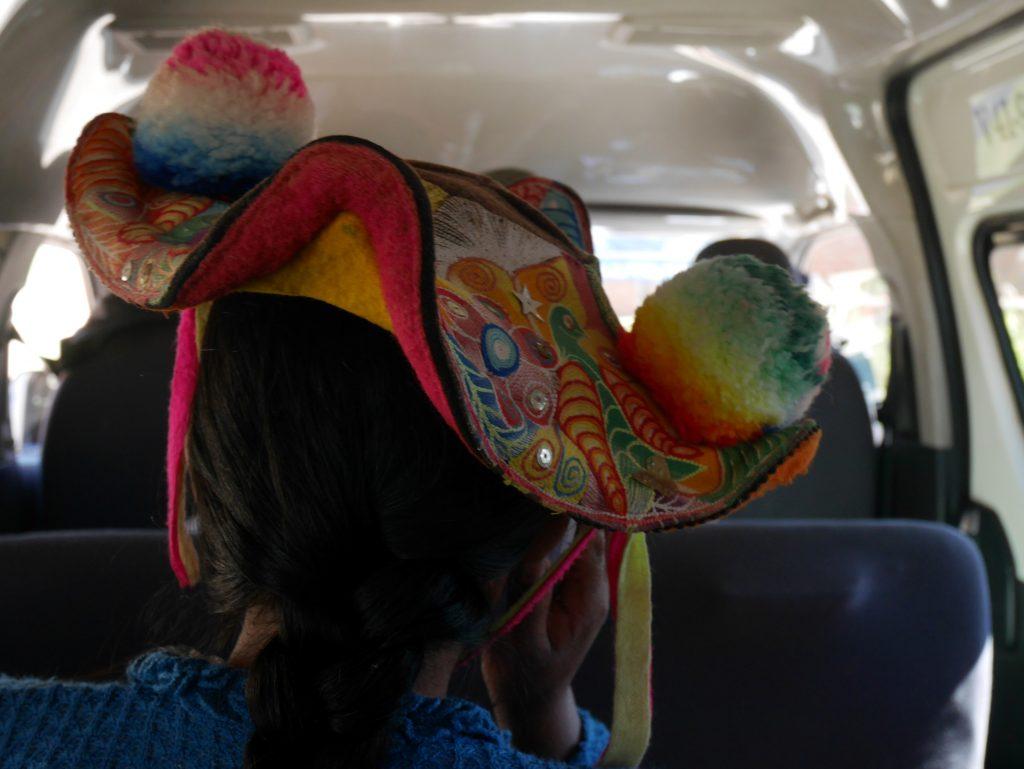 Toujours des chapeaux dans le collectivo