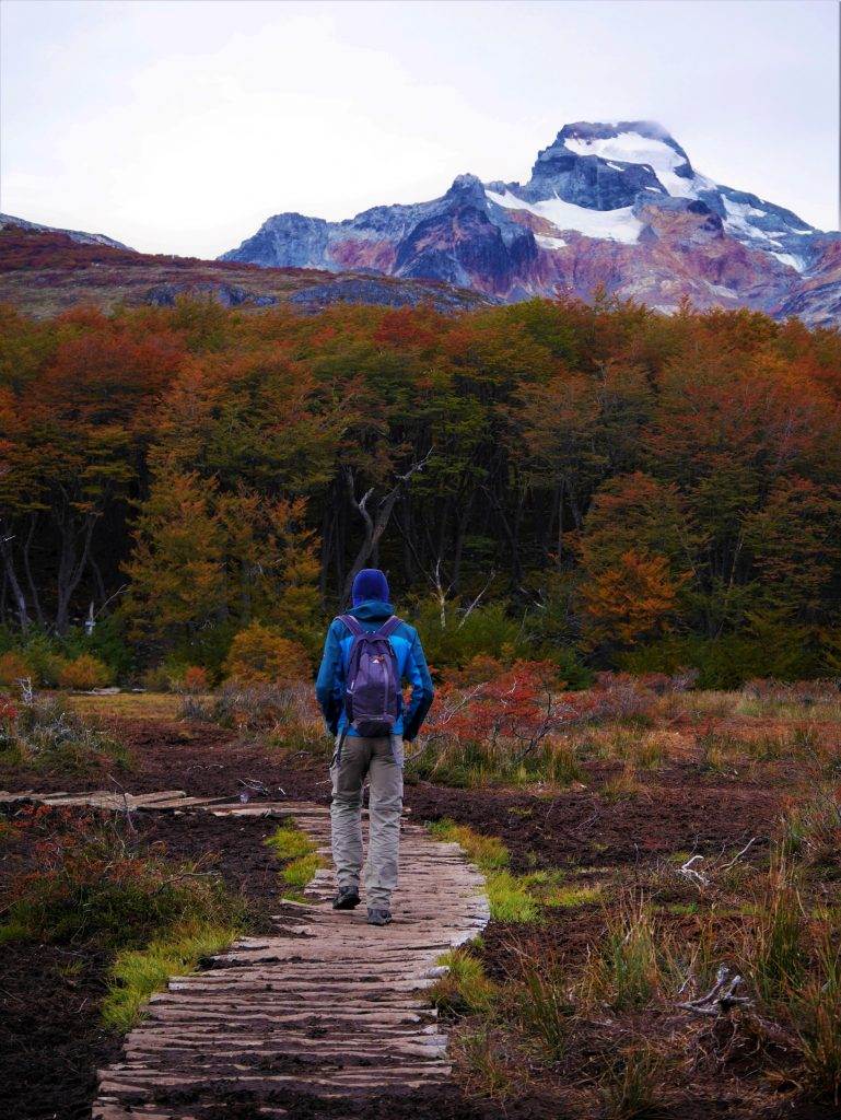 Un grand lutin vers la montagne