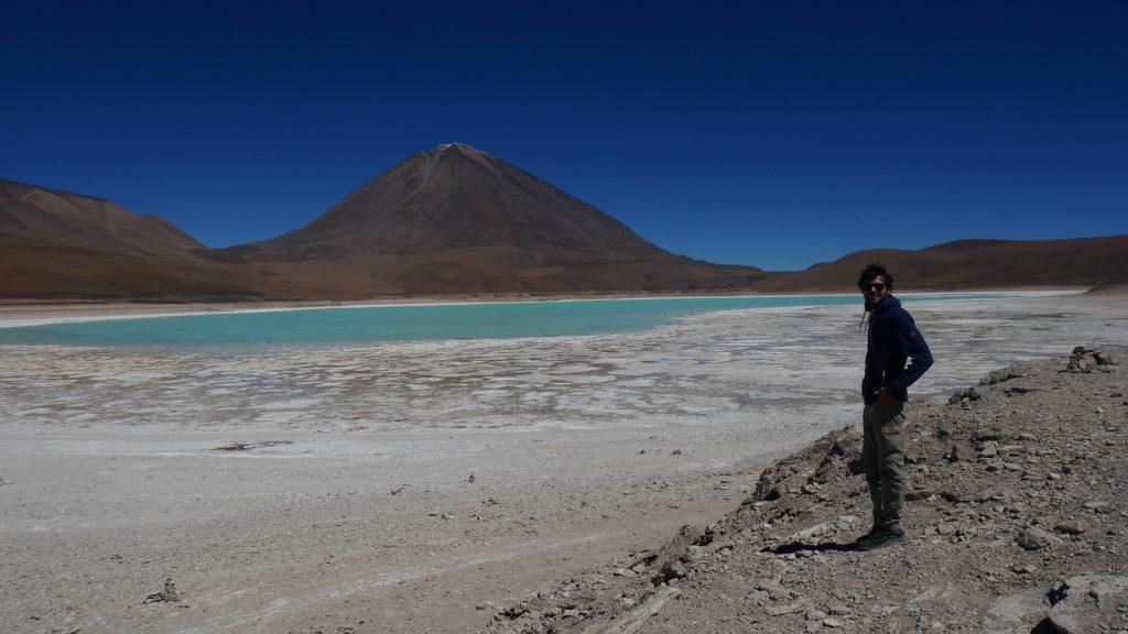 Thomas devant la Laguna Verde et le volcan