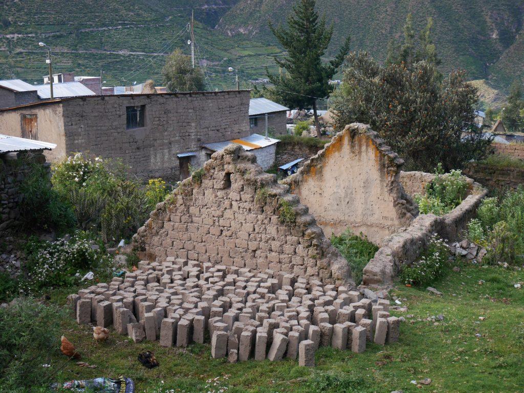 Briques de terre dans le village