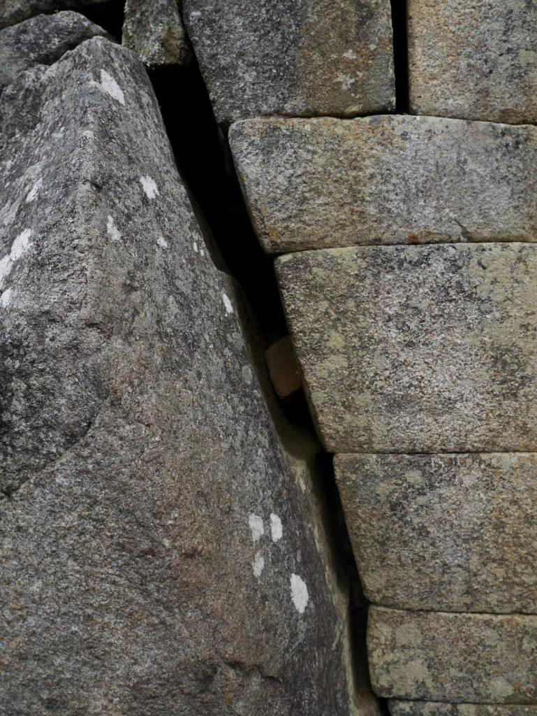 Les murs suivent la roche