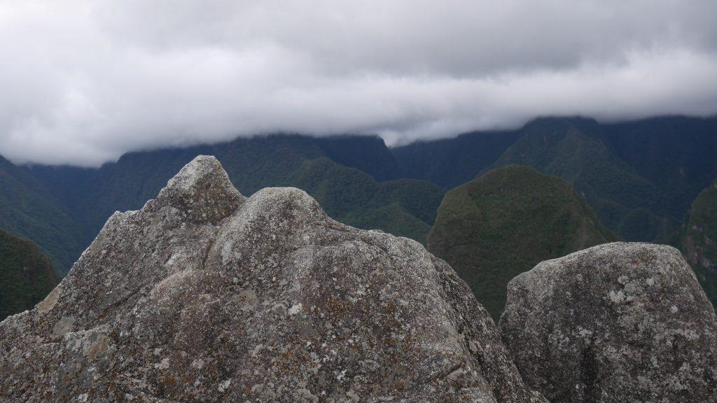 Roches taillées sur le modèle des montagnes au loin