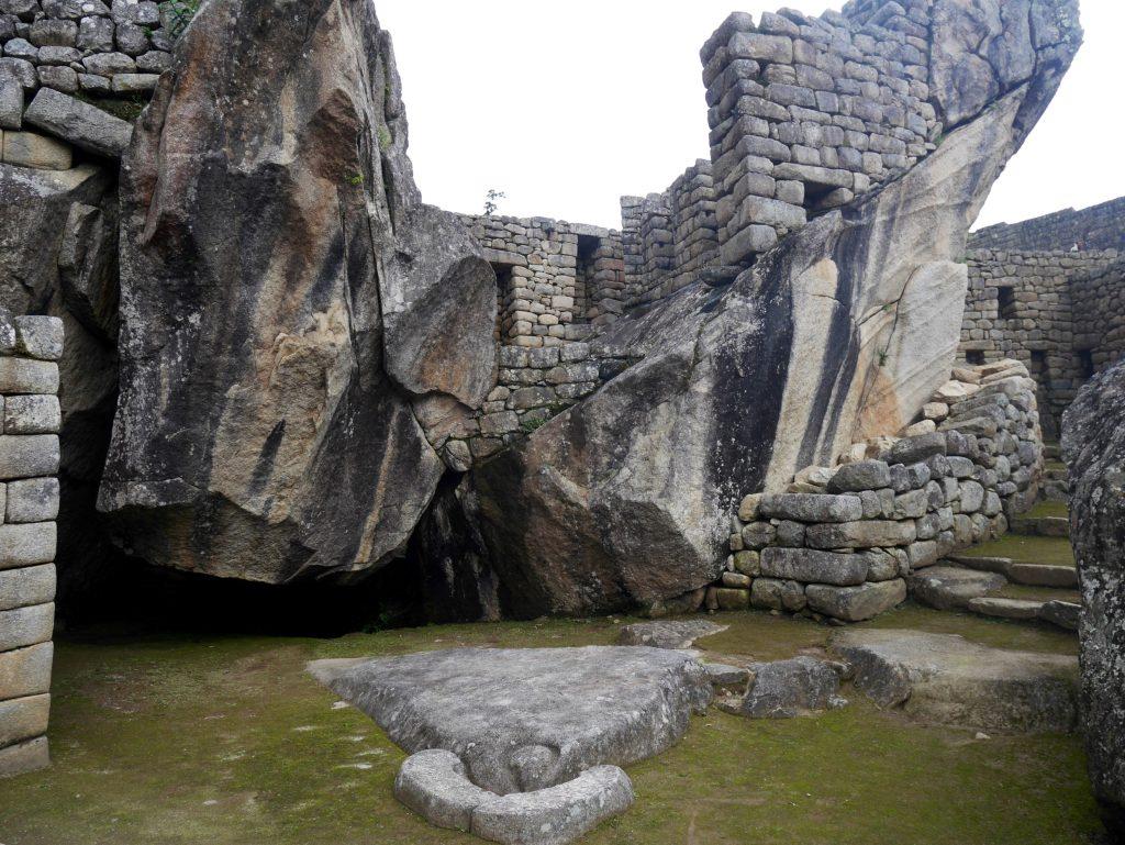 Le temple du condor, que vous pouvez voir : le bec et la tête au sol, les ailes en pierre brute