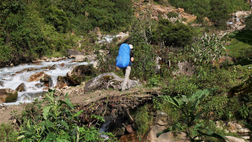 Thomas sur un pont de bois et boue